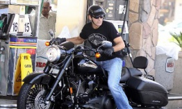 George Clooney y Jim Caviezel sufren accidentes de moto